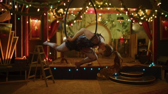 vídeos de stock e filmes b-roll de slow motion of aerialist performing on hanging hoop in nightclub / provo, utah, united states - circo