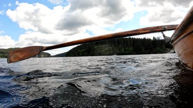 zeitlupe eines ruders in einem ruderboot - kanudisziplin stock-videos und b-roll-filmmaterial