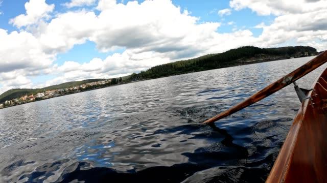 slow motion di un remo in una barca a remi - barca da diporto video stock e b–roll