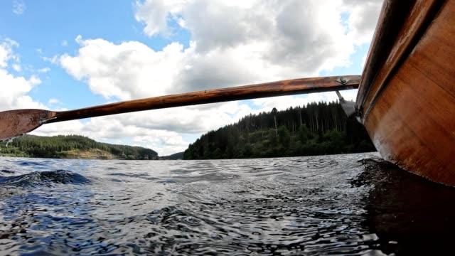vídeos y material grabado en eventos de stock de cámara lenta de un remo en un bote de remo - kayak barco de remos