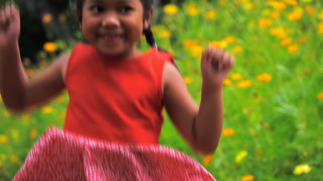 slow motion of asian girl jumping and smiles from thailand smiling happily - popolazione dell'asia orientale video stock e b–roll