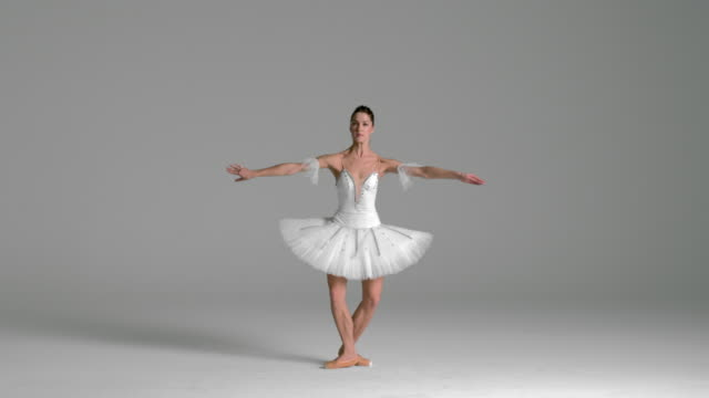 vídeos de stock, filmes e b-roll de slow motion of ballerina performing pirouette in studio - pirouette