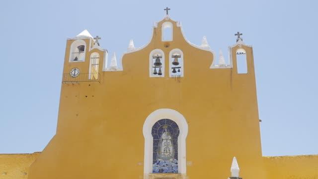 vídeos de stock, filmes e b-roll de slow motion of birds flying atop of the monastery of the golden city of izamál mexico - yucatán
