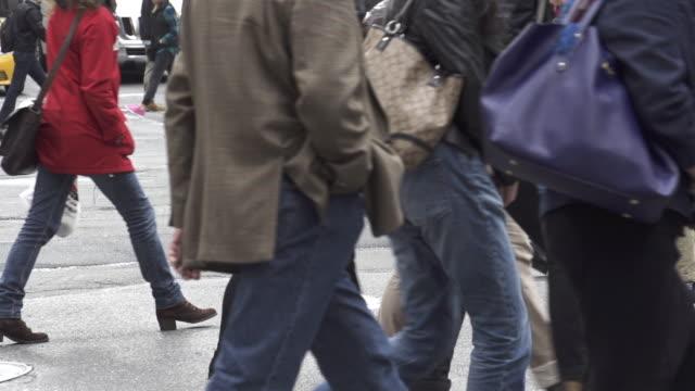 vídeos de stock, filmes e b-roll de slow motion of blurred shot of people walking in new york city - bolsa tiracolo bolsa