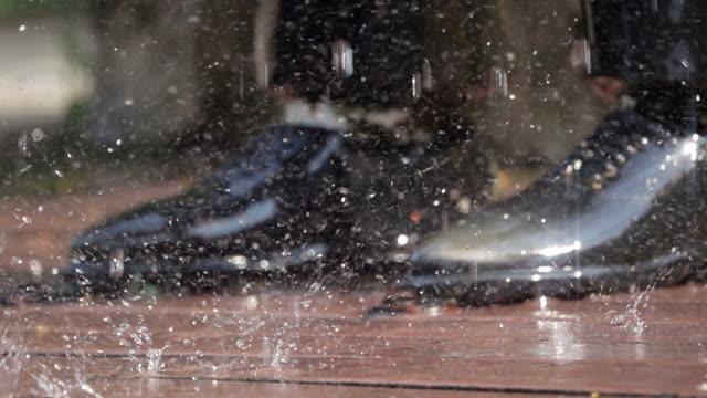 Slow-Motion von Geschäftsmann Hingabe in The Rain