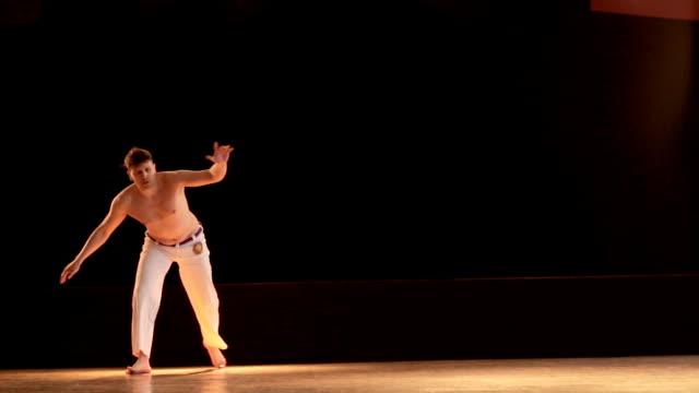 Slow-Motion von Capoeira-Sportler, die Durchführung von Salto im Health Club.