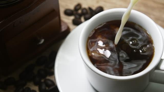 Zeitlupe von Kaffee und Milch