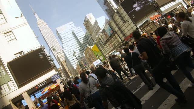 slow motion of crowds of people walking and text messaging, a fedex truck towed by nypd in new york city - überqueren stock-videos und b-roll-filmmaterial