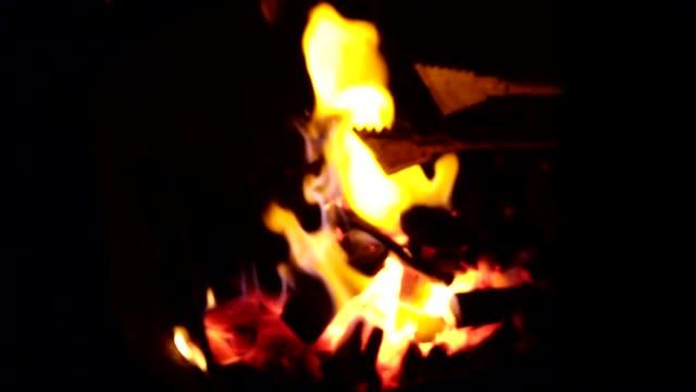 バーベキューグリル上の焦点ぼけ炎のスローモーション。 - オレンジ点の映像素材/bロール