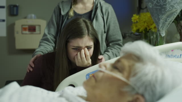 vídeos de stock e filmes b-roll de slow motion of doctor covering older dead patient with family watching and crying / salt lake city, utah, united states - fim