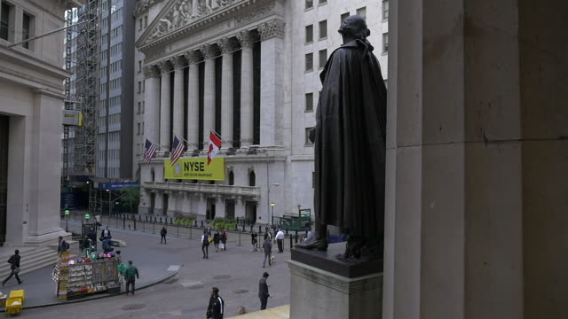 vídeos de stock, filmes e b-roll de slow motion of dolly shot of the statue of george washington at federal hall and people walking in front of the nyse - baixo manhattan
