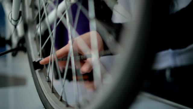 slow motion av elektrisk cykel - göra bildbanksvideor och videomaterial från bakom kulisserna