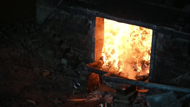 slow motion of fire kiln drying the pottery with tradition oven - fornace attrezzatura energetica video stock e b–roll
