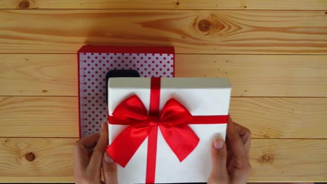 vídeos de stock, filmes e b-roll de movimento lento de abertura de caixa de presente - decoração