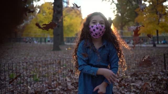 slow motion av girl throwing leaves - endast en flickbaby bildbanksvideor och videomaterial från bakom kulisserna
