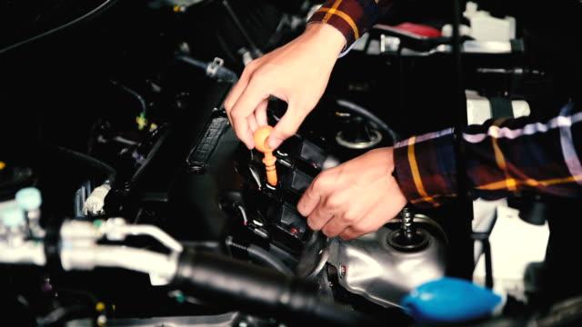 stockvideo's en b-roll-footage met slow motion van handen lube oliepeil van de motor van de auto van diep-stick voor service en onderhoud concept te controleren. - motor oil