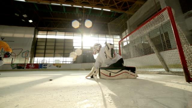 Slow-Motion von Eishockey-Spieler mit auf ein Spiel in eine Eisbahn.