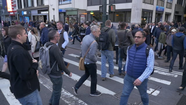 vídeos y material grabado en eventos de stock de slow motion of large group of commuters crossing street in new york city at rush hour - multi ethnic group