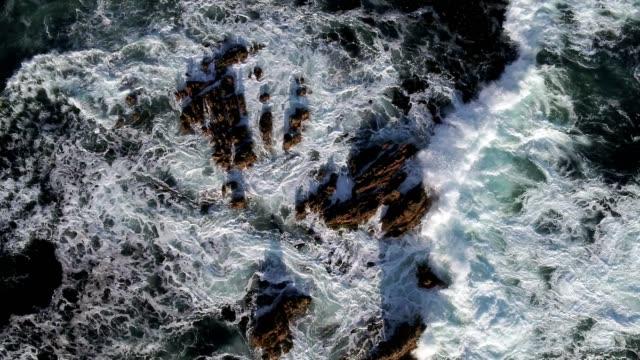 slow motion av stora vågor kraschar på klipporna i havet - vik vatten bildbanksvideor och videomaterial från bakom kulisserna