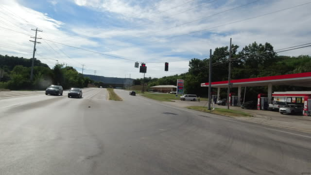 stockvideo's en b-roll-footage met slow motion of leaving exxon gas station in tennessee amid the 2020 global coronavirus pandemic - benzinestation