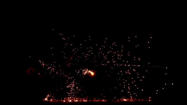 夜の光の絵画回転火円のスローモーション。 - スポンジ点の映像素材/bロール