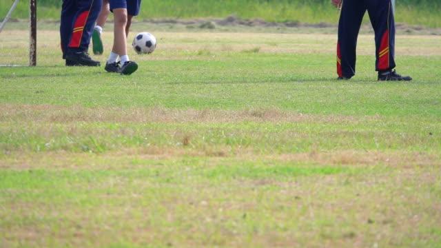 Slow-Motion von kleinen Jungen Fußball spielen.