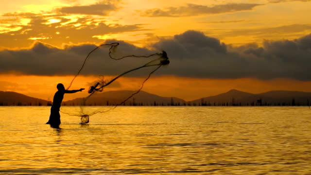 Slow-Motion von lokalen Lebensstil der Fischer in den Sonnenaufgang am Morgen arbeiten.