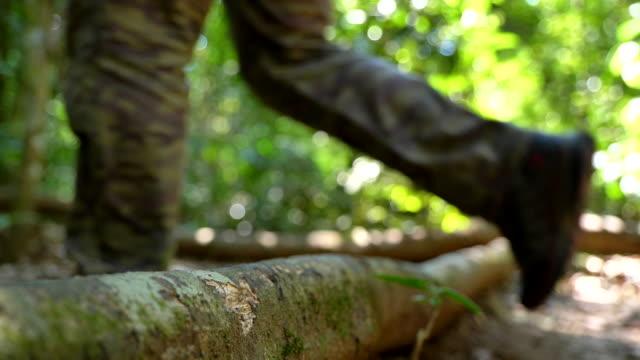 Langsame Bewegung des Menschen ein Gehen. Wanderer wandern im Wald