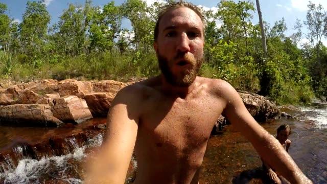 Slow motion van man springen in waterhole, onderwater schot-Selfie