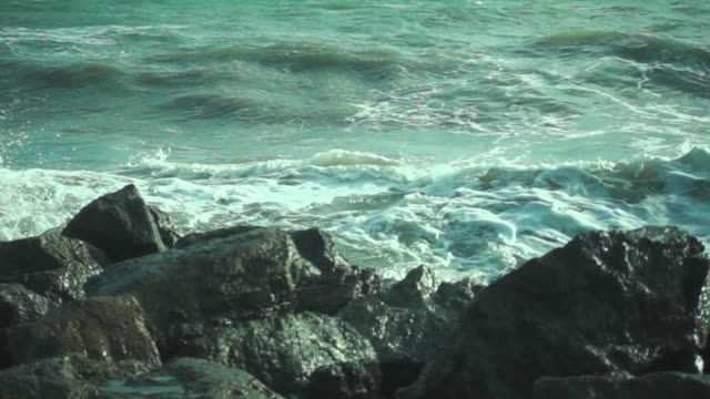 slow motion of ocean wave crushing on rocks - mare adriatico video stock e b–roll