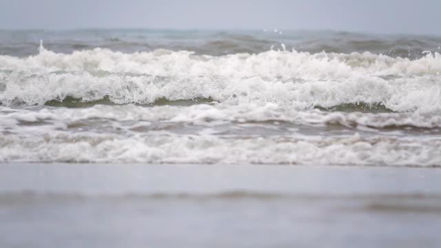 タイ砂熱帯ビーチに海の波の動き、遅い。 - パタヤ点の映像素材/bロール