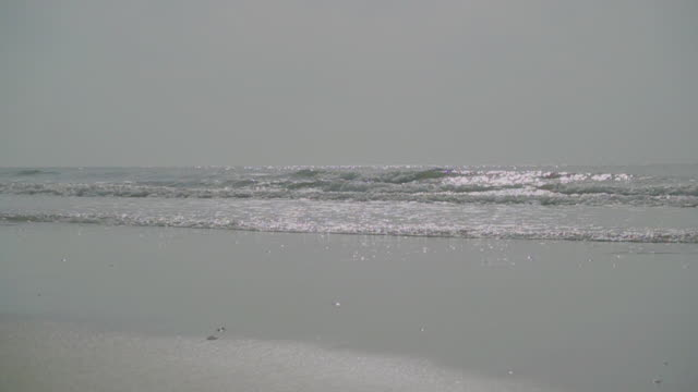 stockvideo's en b-roll-footage met slow motion van ocean wave op zand tropisch hua hin strand. - horizon over water