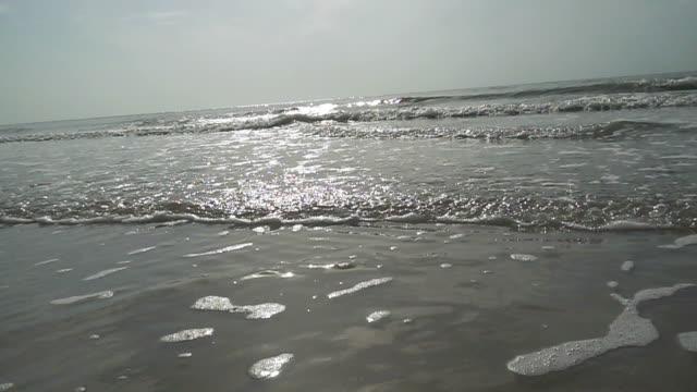 vídeos y material grabado en eventos de stock de cámara lenta de la onda de océano en la playa de arena tropicales hua hin. - mckyartstudio