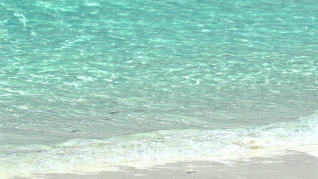 Slow-Motion Ozean Welle auf weißem Sand tropischen Strand von Thailand.