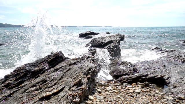 Slow motion av ocean wave smashing rock kust-fodrar Tropical beach i Thailand
