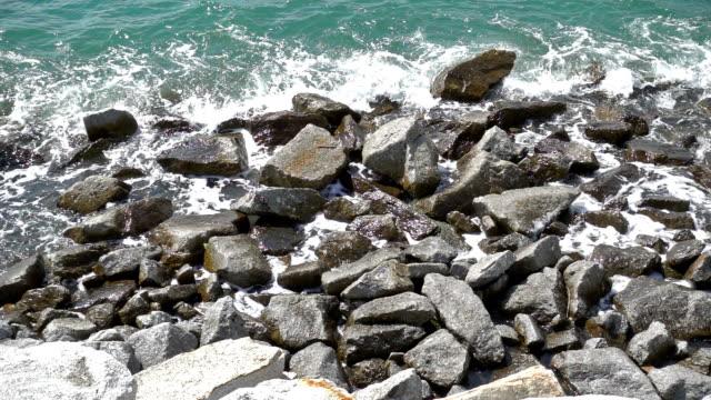 slow motion av ocean wave smashing rock kust-fodrar tropical beach i thailand - andamansjön bildbanksvideor och videomaterial från bakom kulisserna