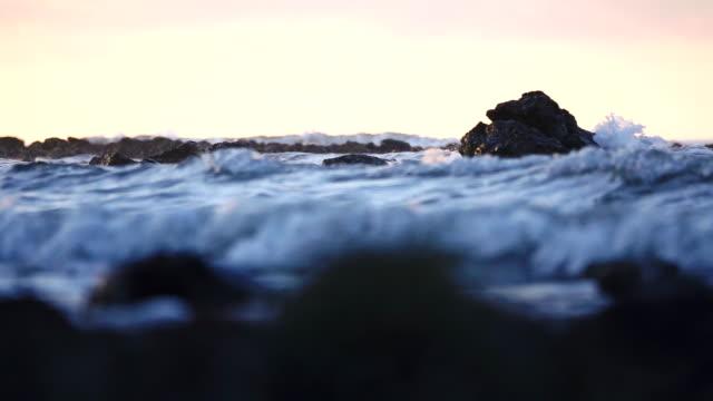 タイの熱帯のビーチの岩の沿岸ラインを破り、海の波の動きが遅い - パタヤ点の映像素材/bロール