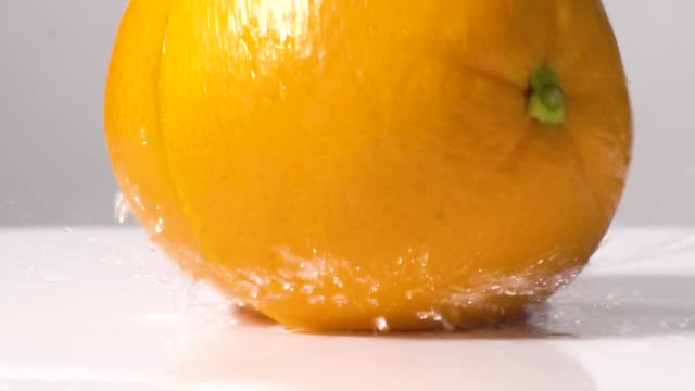 stockvideo's en b-roll-footage met slow motion van orange slice druppel en spatten - sappig