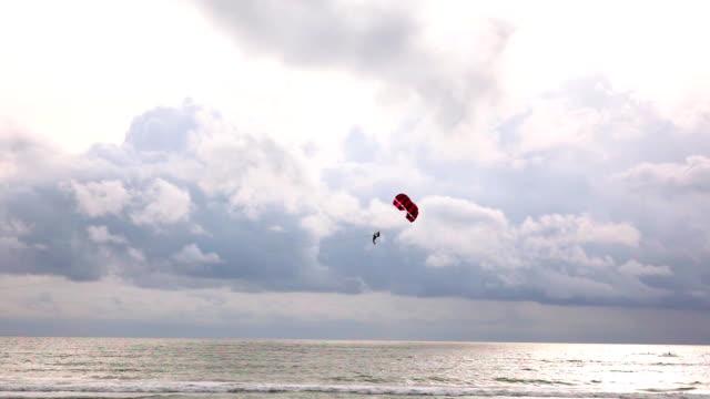 海にそびえるパラグライダーのスローモーション - パラグライディング点の映像素材/bロール