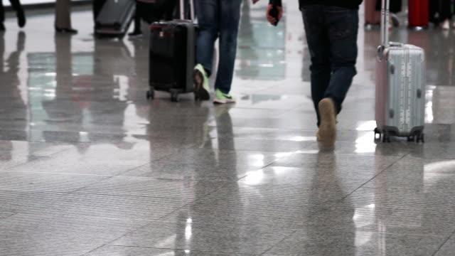 vidéos et rushes de mouvement lent du passager marchant dans l'aéroport - passager