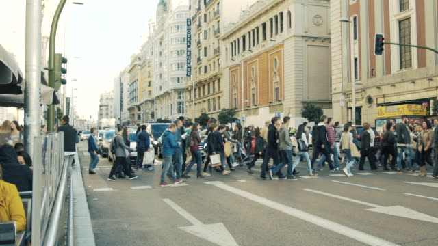 stockvideo's en b-roll-footage met slow motion of people crossing avenue - silvestre