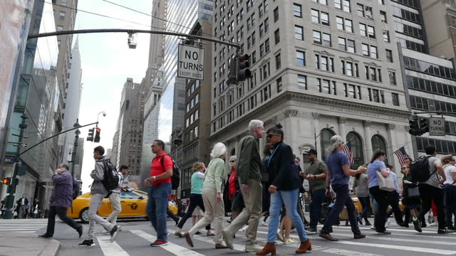 vídeos de stock, filmes e b-roll de slow motion of people walking and crossing street in new york city - cruzando