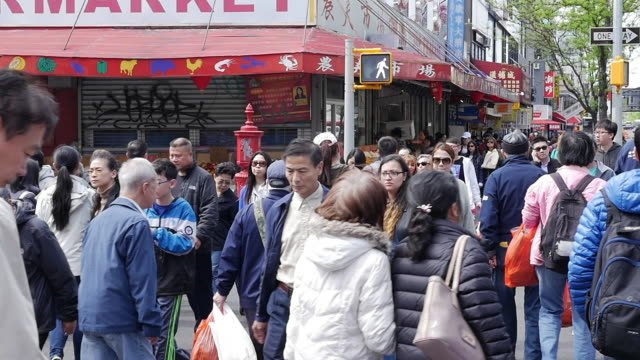 vídeos de stock, filmes e b-roll de slow motion of people walking and shopping in flushing, queens, new york - bairro chinês