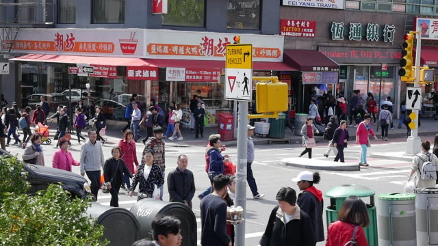 slow motion of people walking and shopping in flushing, queens, new york - ニューヨーク市クイーンズ区点の映像素材/bロール