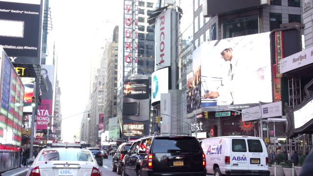 slow motion of people walking and shopping in new york city - ladenschild stock-videos und b-roll-filmmaterial