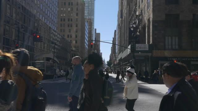 vídeos y material grabado en eventos de stock de slow motion of people walking in nyc - pie humano