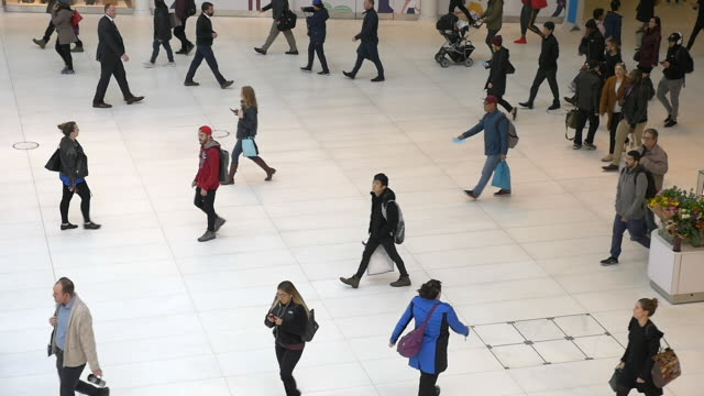 slow motion of people walking in westfield world trade center oculus at rush hour. - hauptverkehrszeit stock-videos und b-roll-filmmaterial