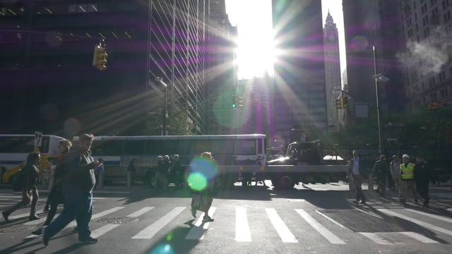 vídeos de stock e filmes b-roll de slow motion of people walking under bright sunlight at rush hour in the new york city - rua