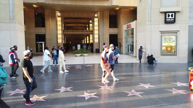 vídeos de stock e filmes b-roll de slow motion of people wearing face mask visit the hollywood boulevard in los angeles amid the covid-19 pandemic. - passeio da fama de hollywood