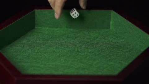 vidéos et rushes de slow motion of playing dice gaming at night club - seulement des jeunes hommes